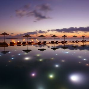 Anantara Kihavah Villas_Swimming_pool_at_night